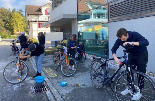 Die Fahrräder wurden geschrubbt und die Ketten eingeschmiert